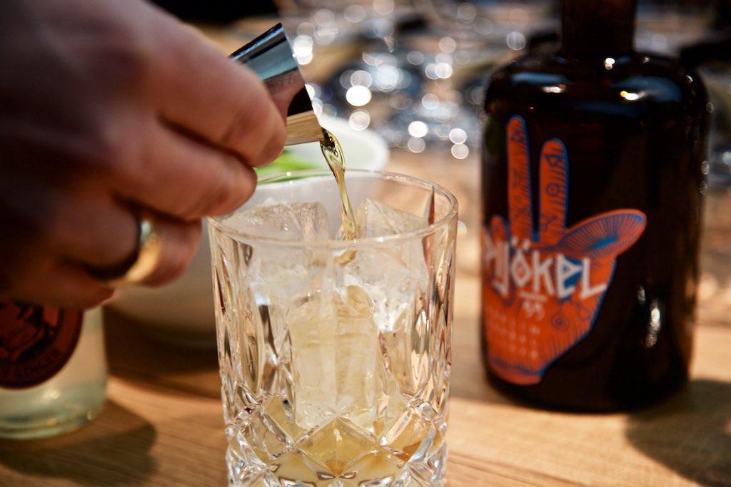 Gin Cocktail mit Gin, Pijökel, Limettensaft und Ginger Beer