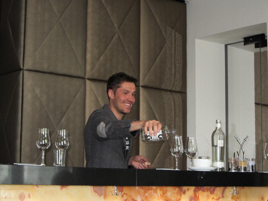 Jouni Ritola schenkt in Berlin Napue Gin aus