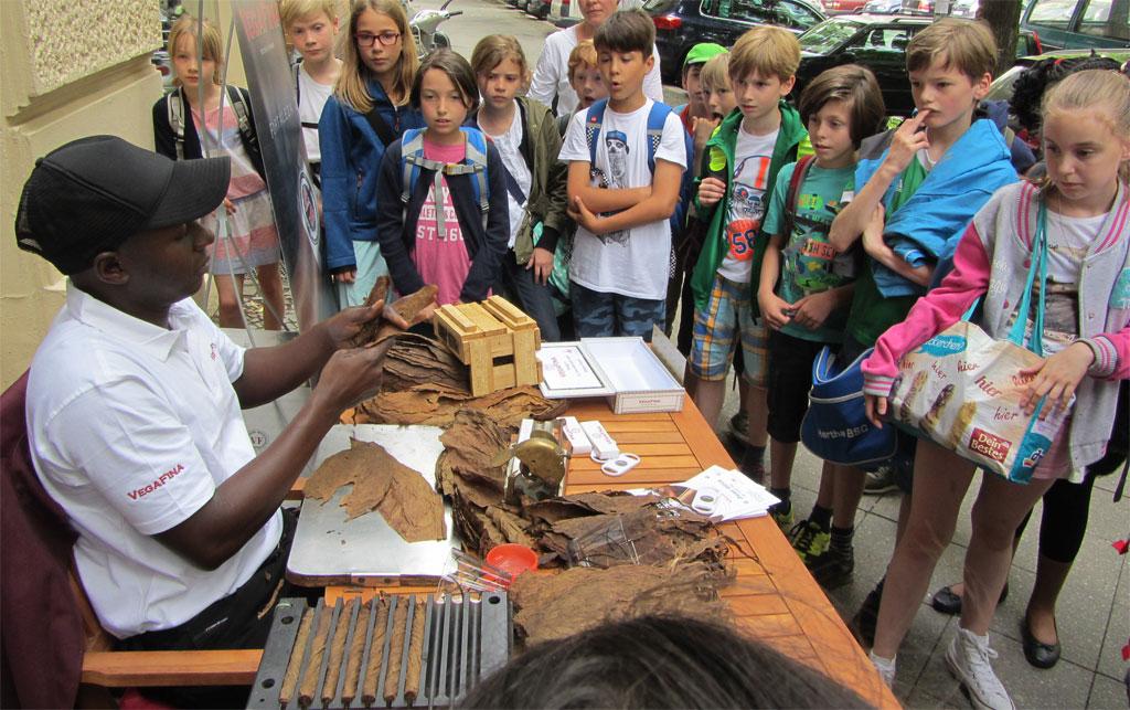 Zigarrenroller zeigt wie Zigarren gerollt werden