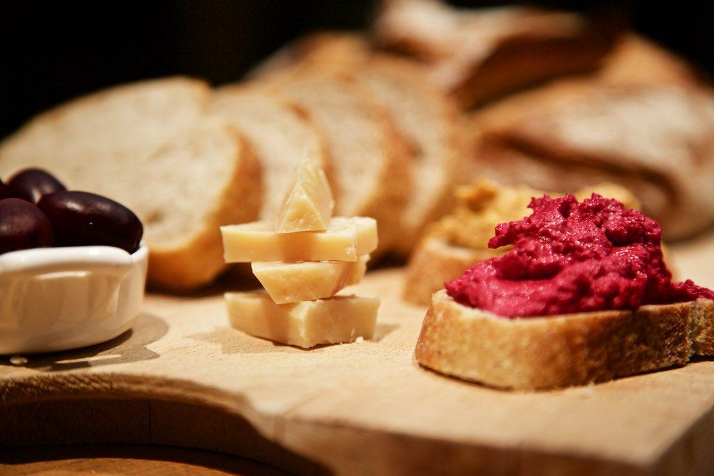 Käse, Kalamata Oliven und Rote Beete Meerrettich Aufstrich zu Champagner