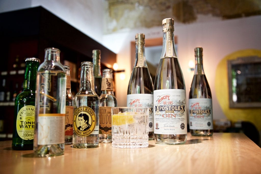 Apostoles Gin mit Tonic Water kombiniert